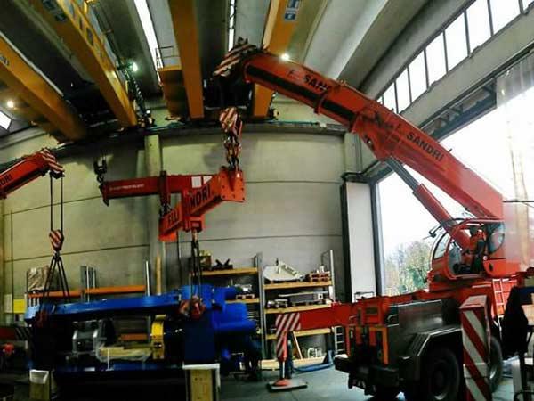 Autogru-per-movimentazione-macchinari-industriali